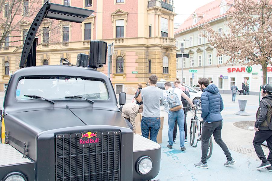 edubag Uni Graz mit Red Bull Event-Car Hochschulmarketing mit Media in Progress