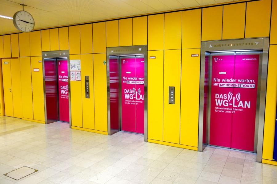 T-Mobile | Aufzugbranding TU Wien außen