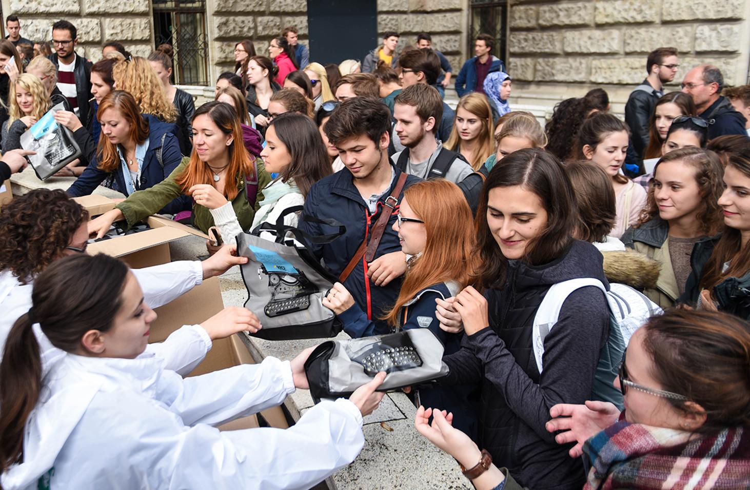 edubag goodie tasche studenten hochschulmarketing studenten erreichen werbung auf der uni werben auf der uni uni wien tasche studententasche tasche mit gratis zeug uni bag